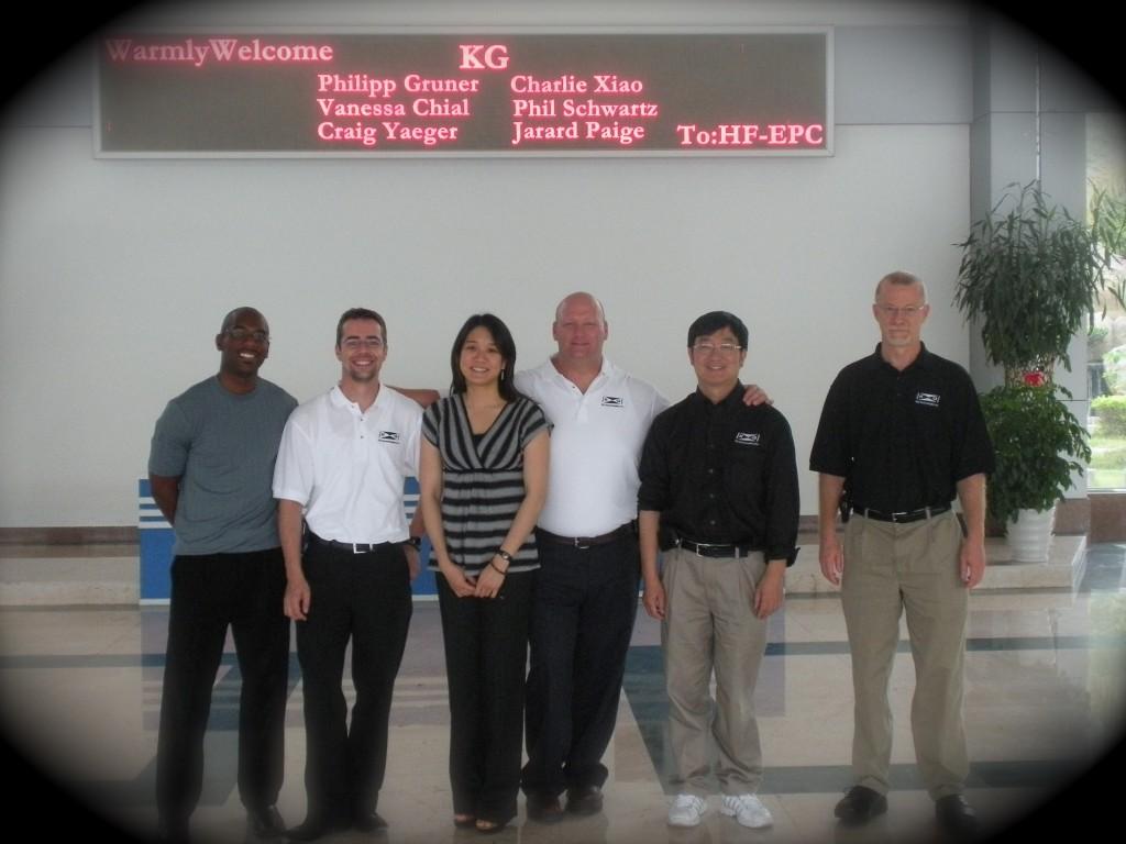 Yo con el grupo de KG Technologies a la factoría.